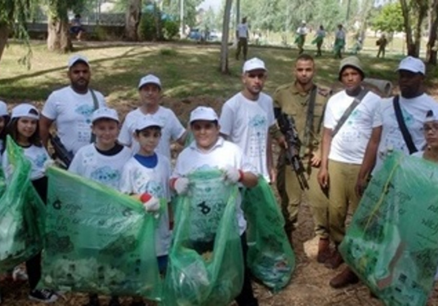 Soldiers and Schools Clean Together in Israel's South