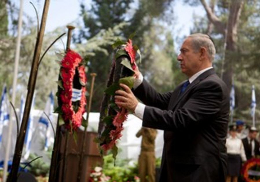 Netanyahu lays a wreath during the Yom Kippur War ceremony on September 15, 2013.