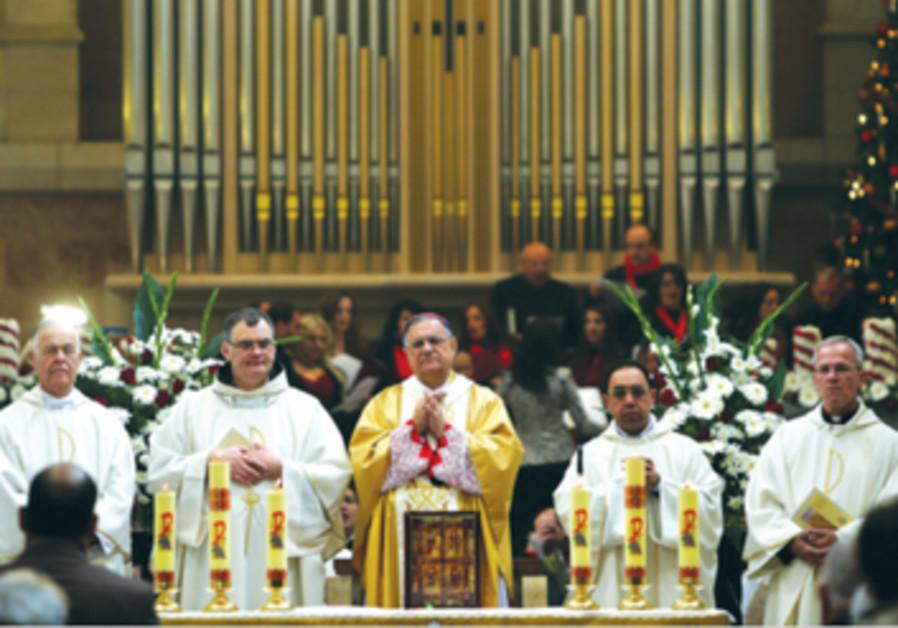 Fouad Twal (au centre) en compagnie du patriarche latin de Jerusalem, le jour de Noel 2012.