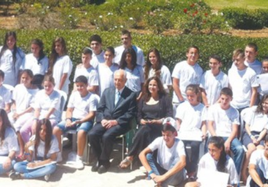Peres with IDFWO children