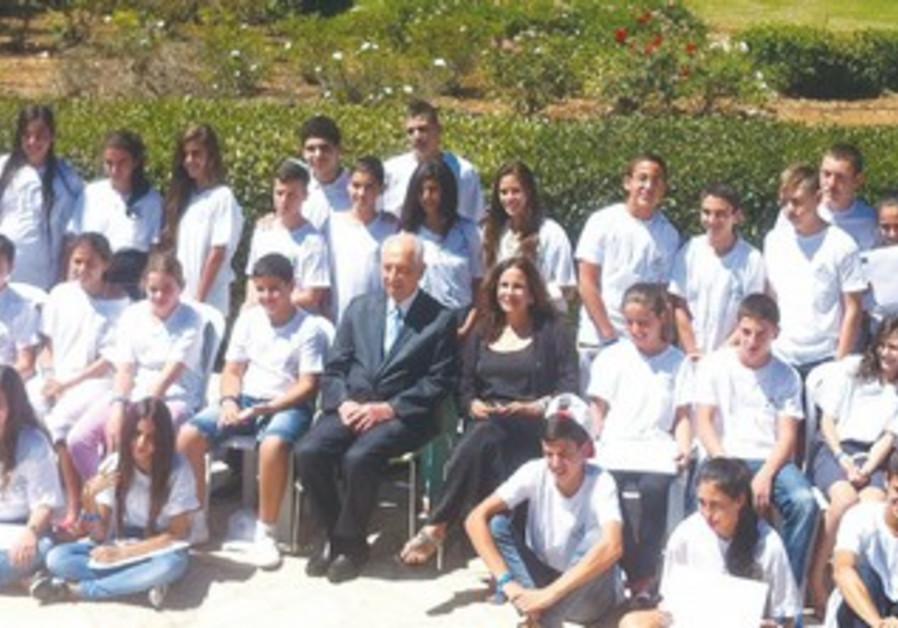 Peres with IDFWO children