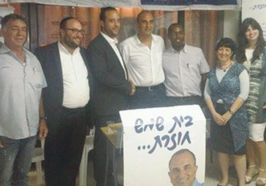 Tov's Aharon Salomon (3rd left) endorses Eli Cohen (C)