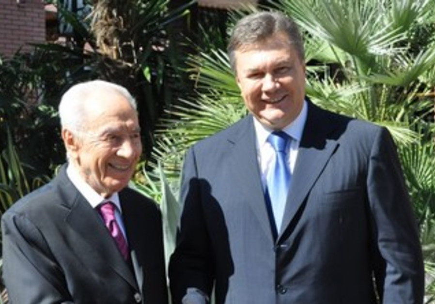 President Shimon Peres greeted by Ukranian President Yanukovich in Yalta