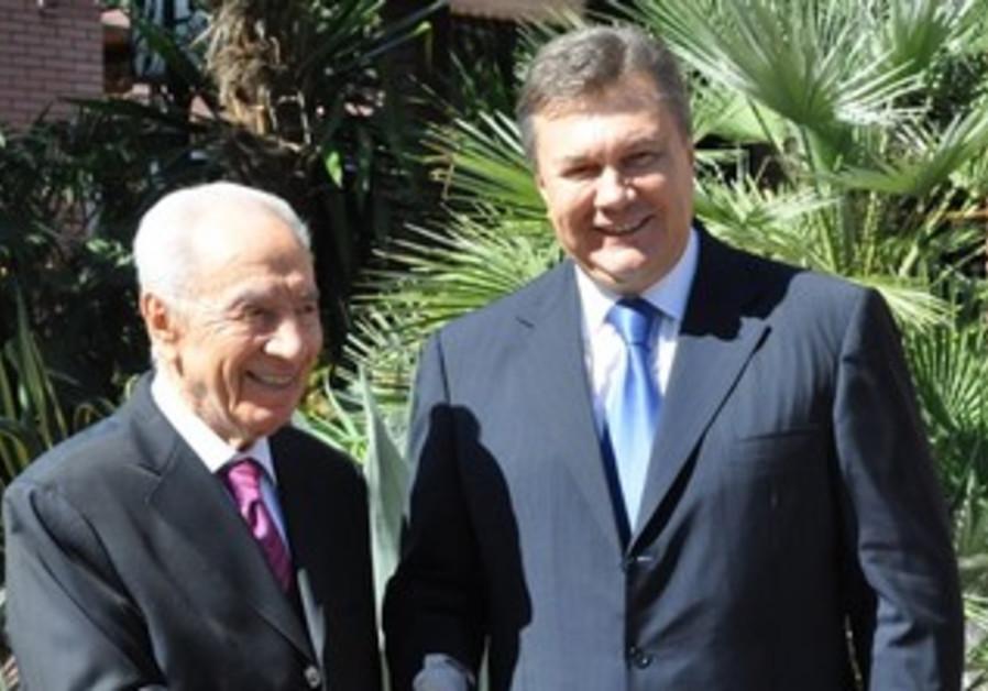 President Shimon Peres greeted by Ukranian President Yanukovich in Yalta