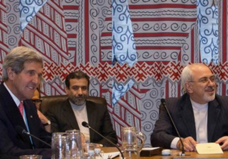 US Secretary of State Kerry (L) and Iran's FM Zarif (2nd R) at nuclear talks in NY, Sept 26