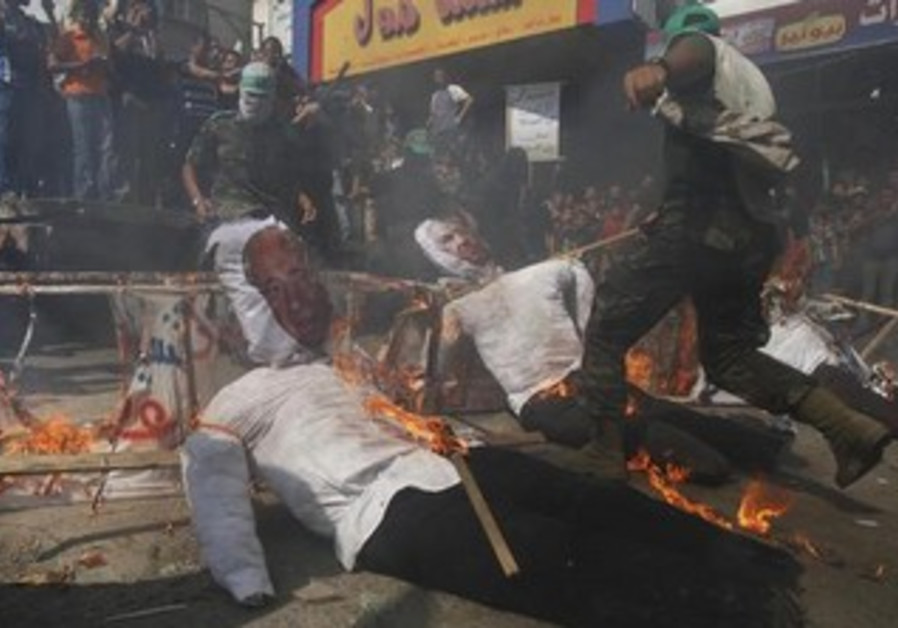 Palestinians burning effigies of Netanyahu and Peres in Gaza, September 27, 2013.