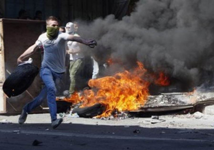 Palestinian protesters clash with Israeli security forces in Hebron, September 27, 2013.