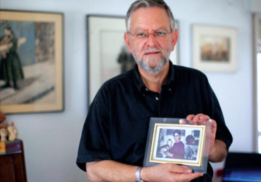 Le blogueur Arnold Roth tient une photo de sa fille Malki, tuee dans un attentat a Jerusalem.