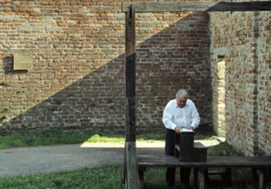 Claude Lanzmann en 2012, examinant le gibet du camp de concentration de Theresienstadt dans son film