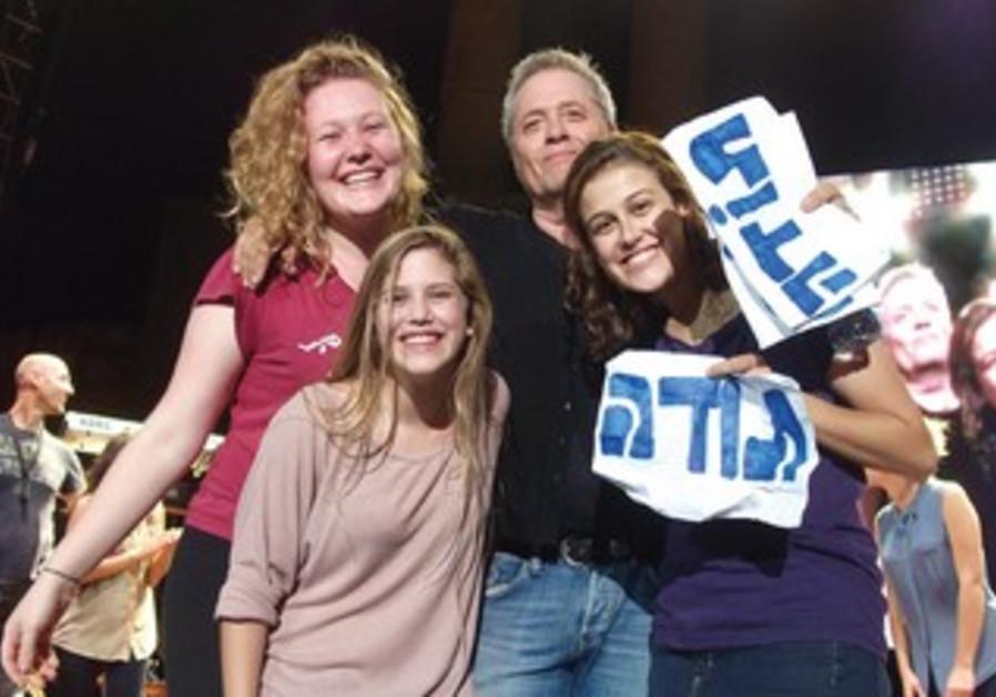 SINGER SHLOMO ARTZI and three grateful fans, including Dara Wohlgelernter (left).