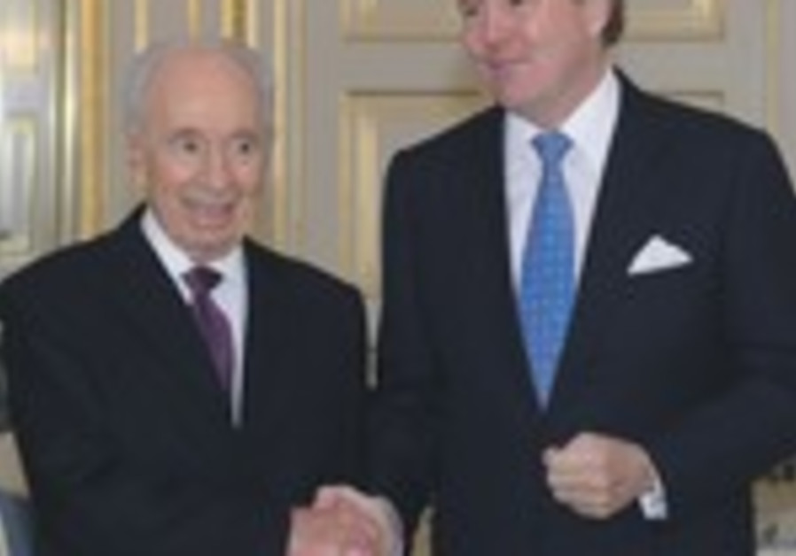 PRESIDENT SHIMON PERES shakes hands with King Willem-Alexander of the Netherlands at Noordeinde Pala