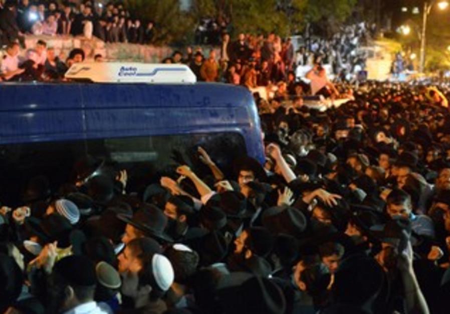 Hundreds of thousands turn out for Rabbi Ovadia Yosef's funeral in Jerusalem, October 7, 2013.