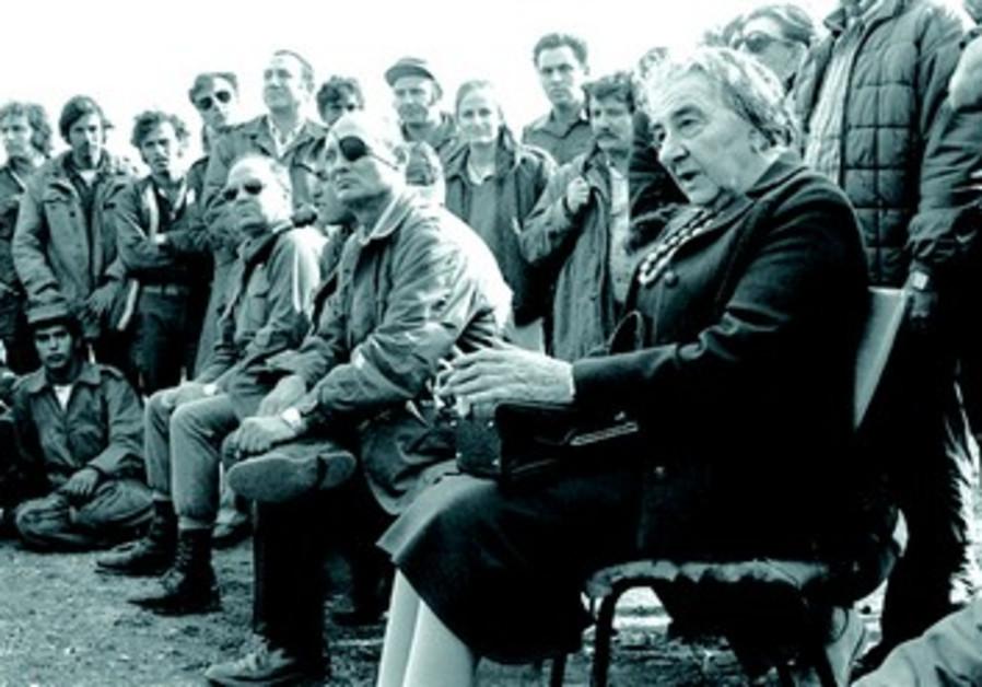 Le Premier ministre Golda Meir, aux cotes de son ministre de la Defense, Moshe Dayan