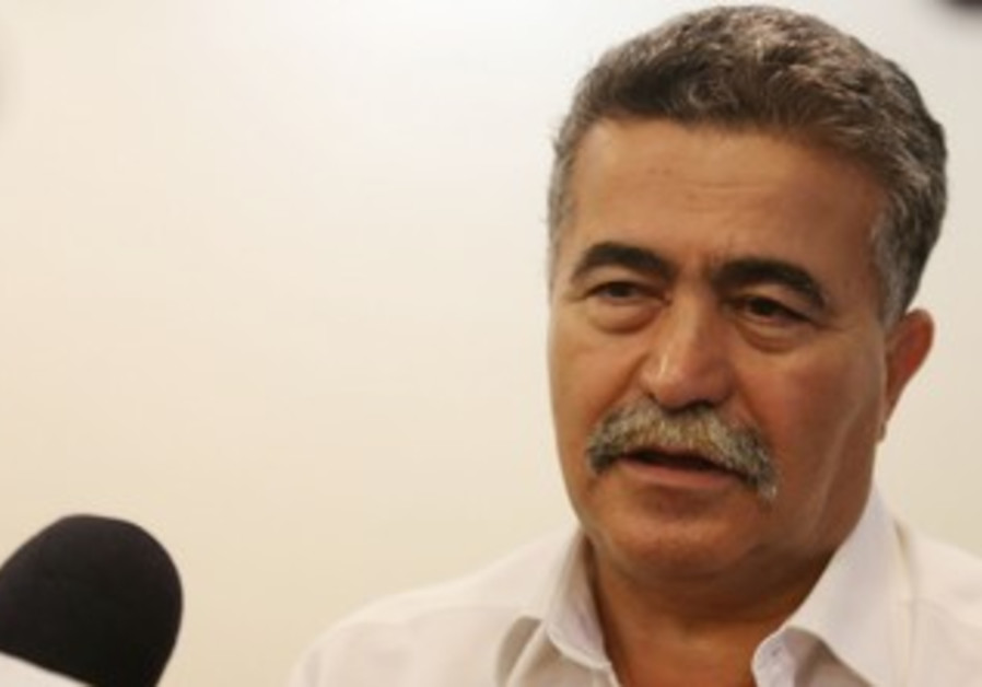 Environmental Protection Minister Amir Peretz at the weekly cabinet meeting, October 20, 2013.