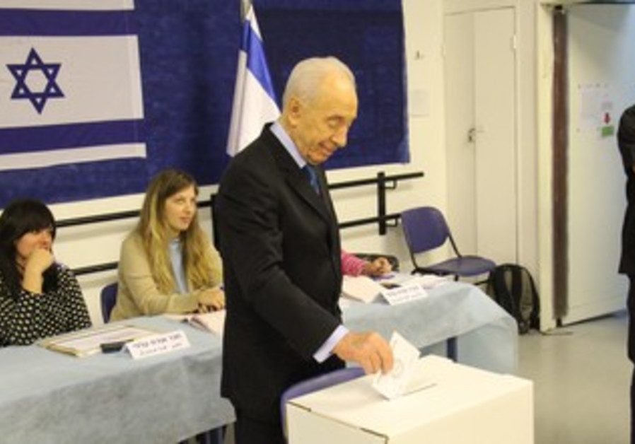 Peres votes in municipal elections in Jerusalem, October 22, 2013