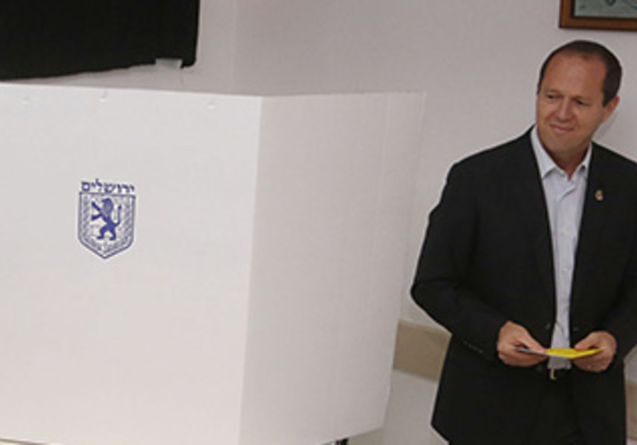 Jerusalem Mayor Nir Barkat votes in Israel's municipal elections, October 22, 2013.