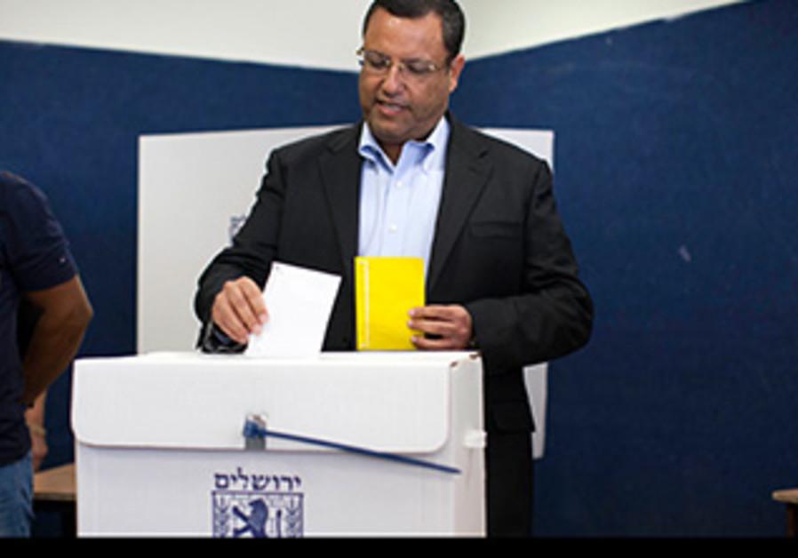 Jerusalem mayoral hopeful Moshe Lion votes in Israel's municipal elections, October 22, 2013.
