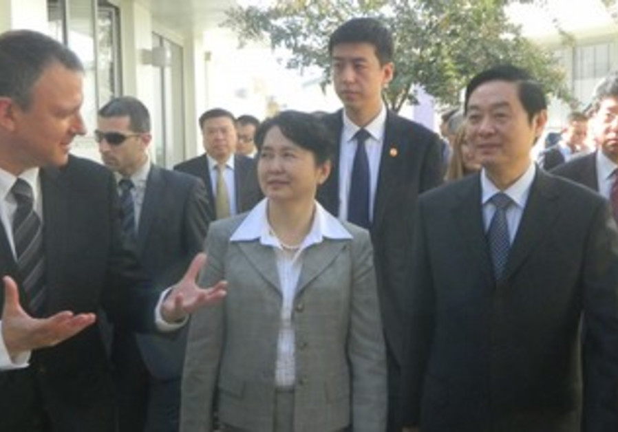 MK Margalit gives tour of JVP with Chinese dignitaries.