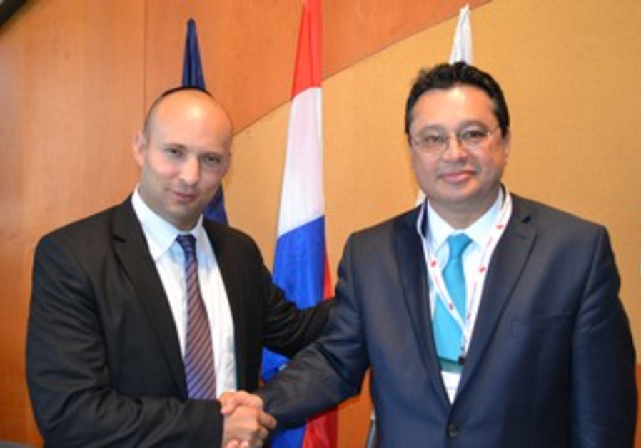 Economy Minister Naftali Bennett and Paraguayan Trade and Investment Minister Gustavo Leite.