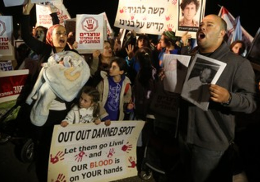 Bereaved families protest Palestinian prisoner release outside Ofer prison, October 28, 2013.