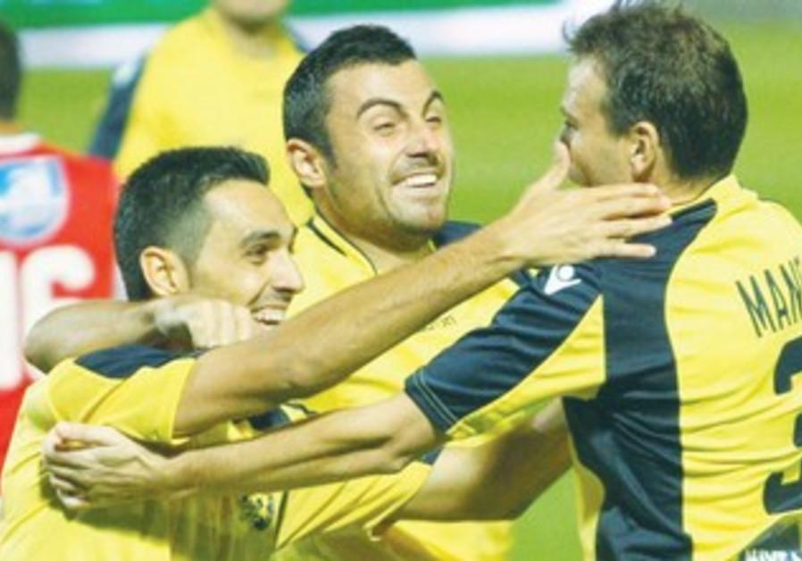 ERAN ZAHAVI celebrates with his Maccabi Tel Aviv teammates.