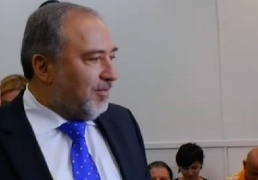 Liberman arrives at court for verdict, November 6, 2013