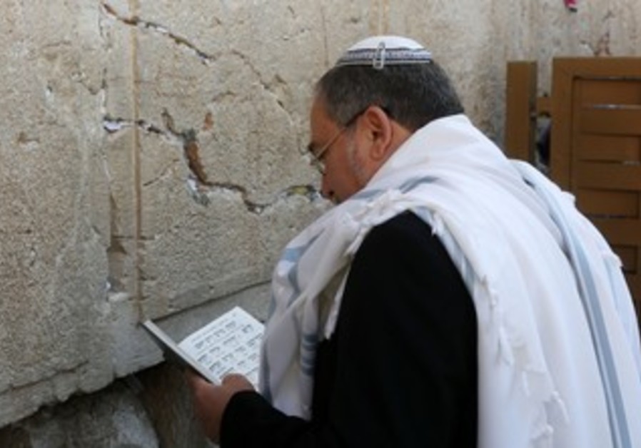 Liberman prays at Western Wall in Jerusalem following acquittal on fraud charges, Nov. 6, 2013