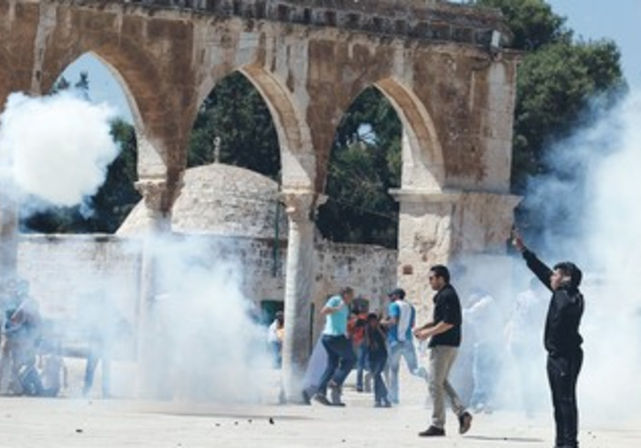 Palestinian protesters react during clashes with police on the Temple Mount [file].
