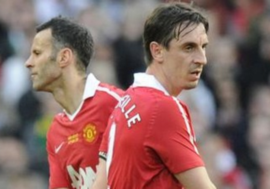 Ryan Giggs and Gary Neville during 2011 Manchester United match