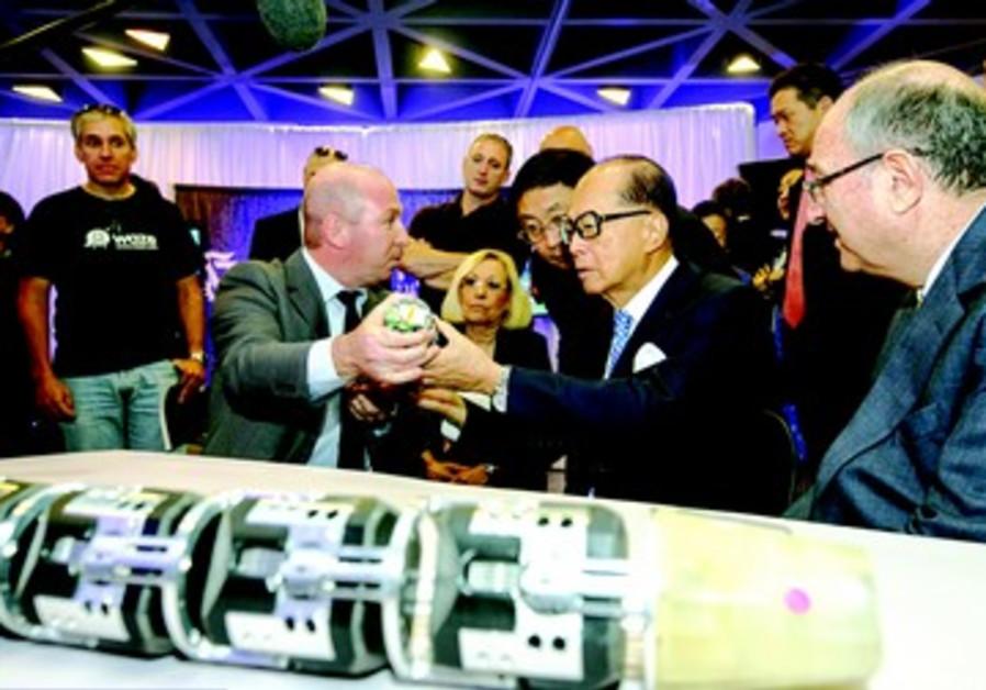 Le professeur Alon Wolf présente son robot serpent à Li Ka Shing et au président du Technion