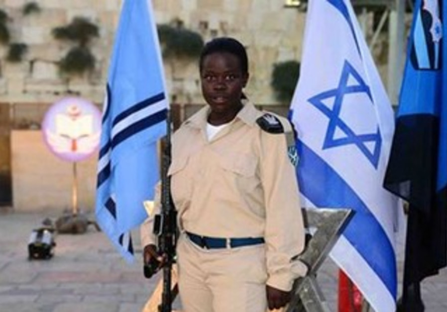 IDF Pvt. Or Meidan stands in her IAF uniform at the Western Wall.