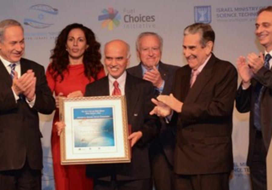 Prime Minister Netanyahu awards Samson prize to Prof. G.K. Surya Prakash, November 12, 2013.