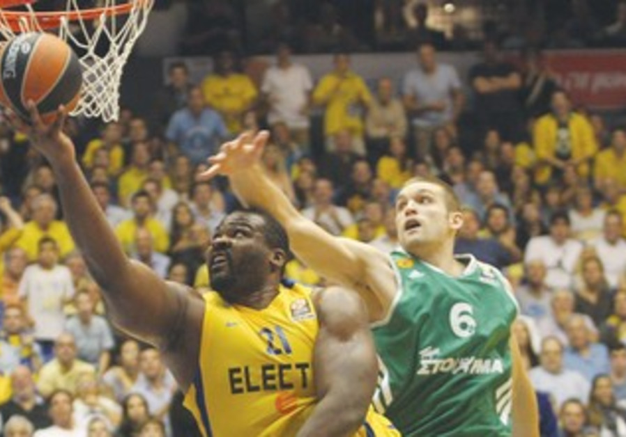Maccabi Tel Aviv's Sofoklis Schortsanitis scores