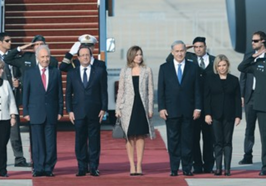 Peres, Netanyahu and wife Sara welcome French President Francois Hollande, Nov. 16 2013