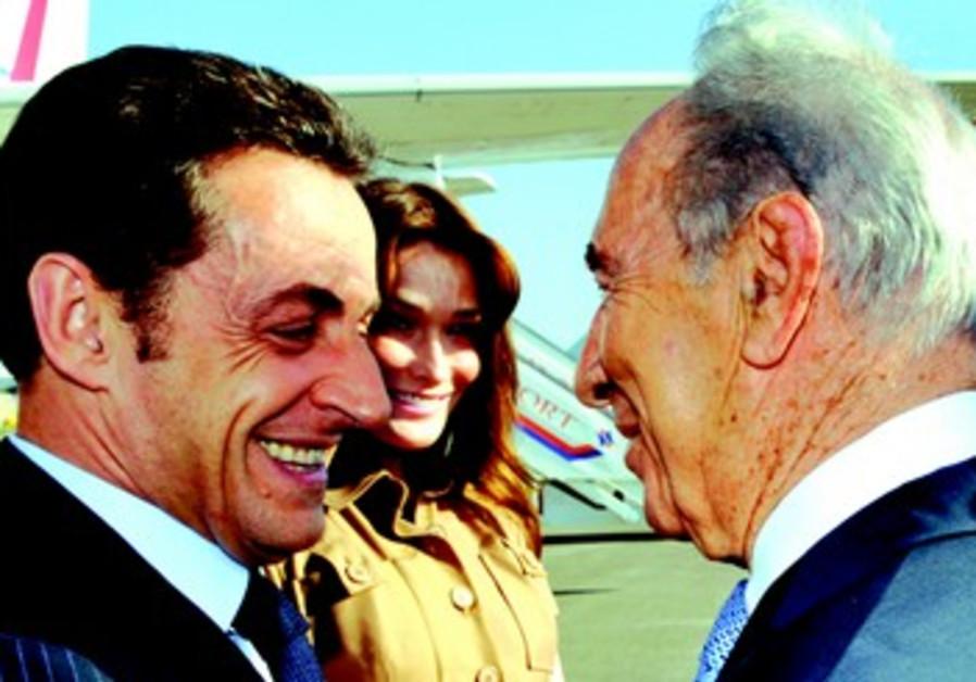 Nicolas Sarkozy et son épouse, accueillis à leur arrivée en Israël, en juin 2008, par Shimon Peres.