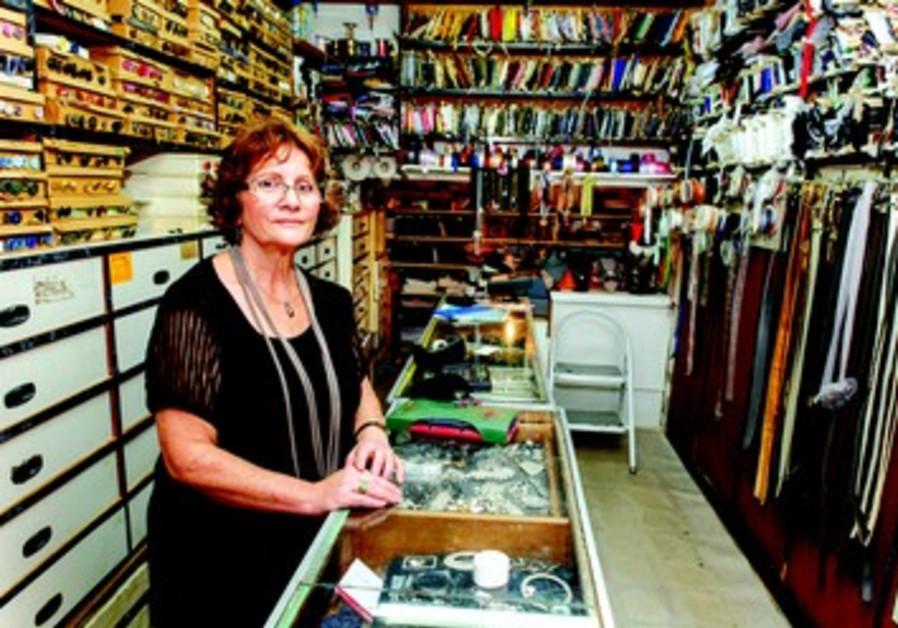 Sima Y. est couturière, sa petite mercerie est connue dans tout Israël.