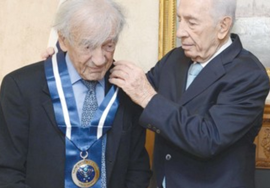 Peres awards Wiesel Presidential Medal of Distinction in New York, Nov. 25, 2013