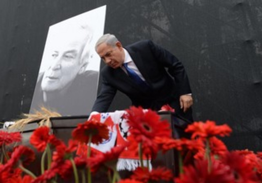 Prime Minister Netanyahu laying a rose in memory of Israeli singer Arik Einstein at Rabin Square.
