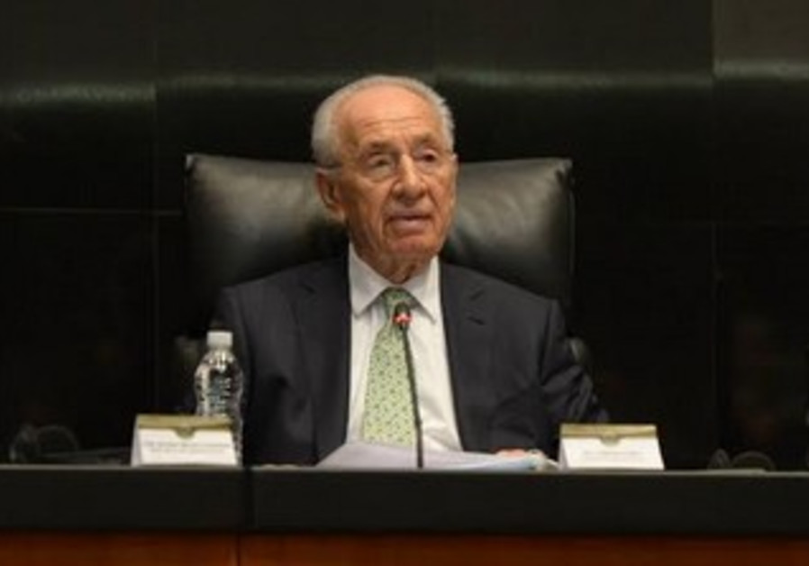 President Shimon Peres giving a speech to the Mexican senate, November 28, 2013.