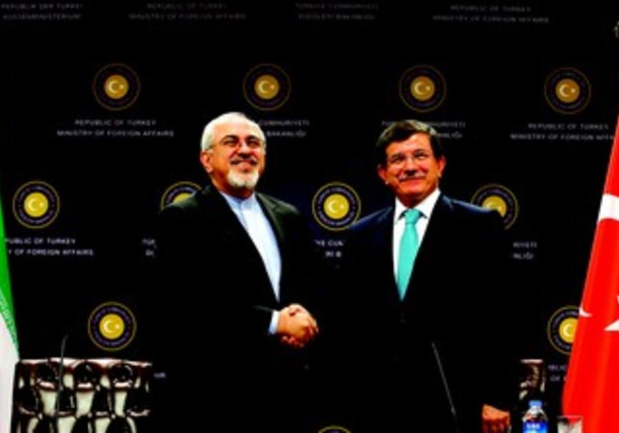 Le ministre iranien des Affaires étrangères serre la main de son homologue turc à Ankara