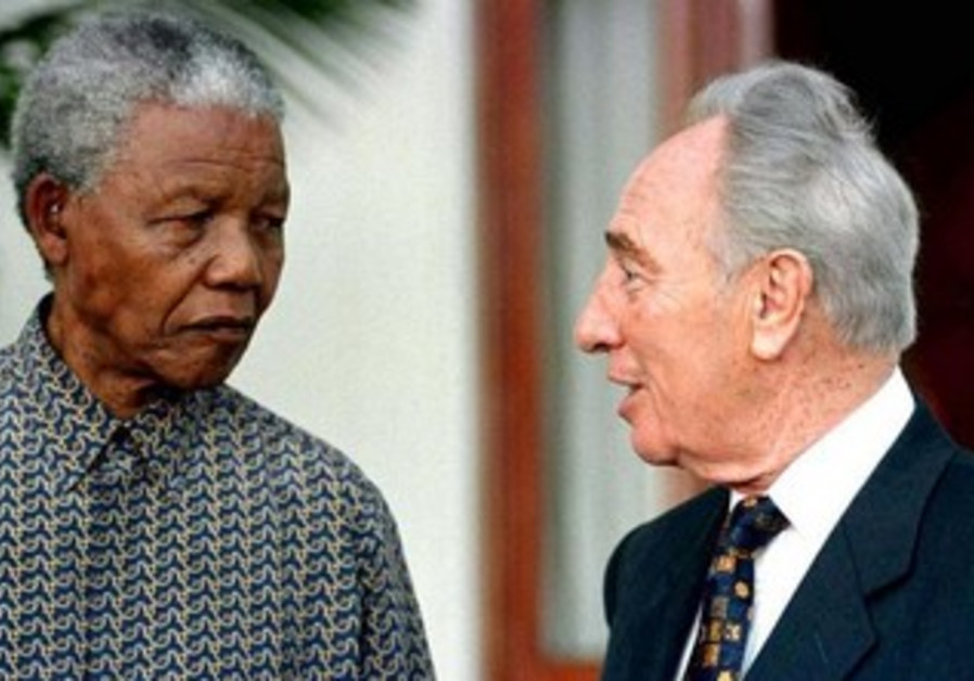 Then-South African president Nelson Mandela with Shimon Peres during Mandela's 1999 visit to Israel.