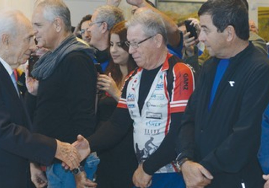 President Shimon Peres with IDF disabled veterans 370
