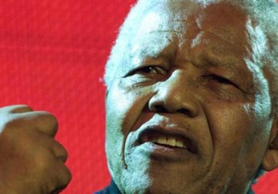 Nelson Mandela speaks to crowd in London 2001