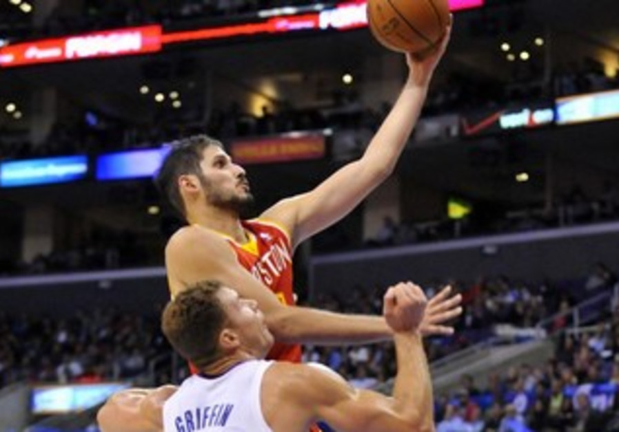Omri Casspi shoots over LA's Blake Griffin
