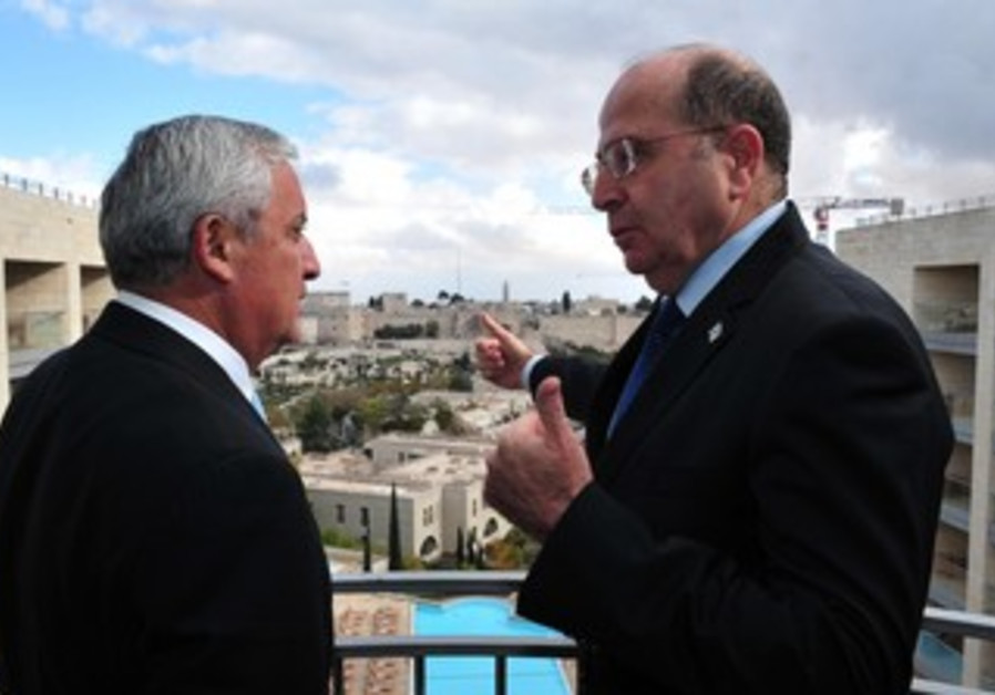 Defense Minister Ya'alon with Guatemalan president  Otto Perez Molina, Dec. 9, 2013