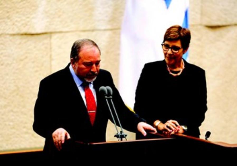 Liberman prête serment devant la Knesset le 11/11/2013 en tant que ministre des Affaires étrangères