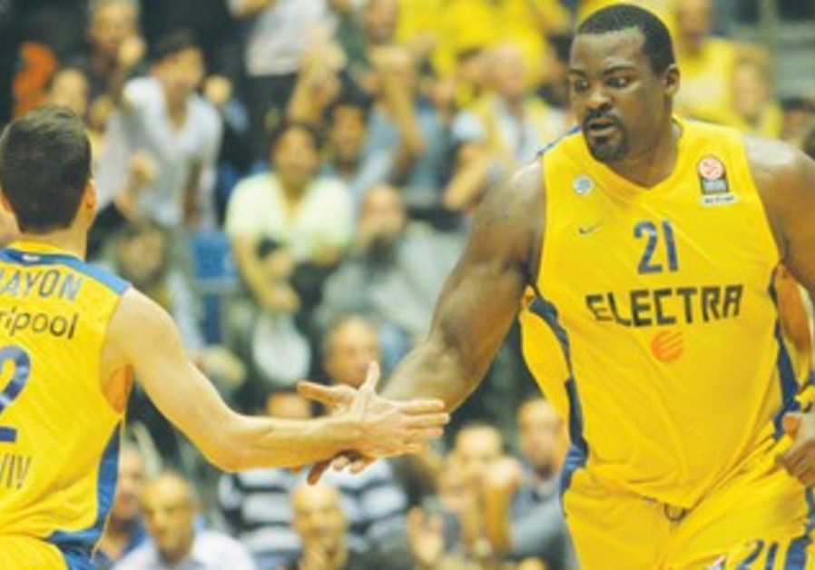Maccabi's Sofoklis Schortsanitis (R) and Yogev Ohayon (L)