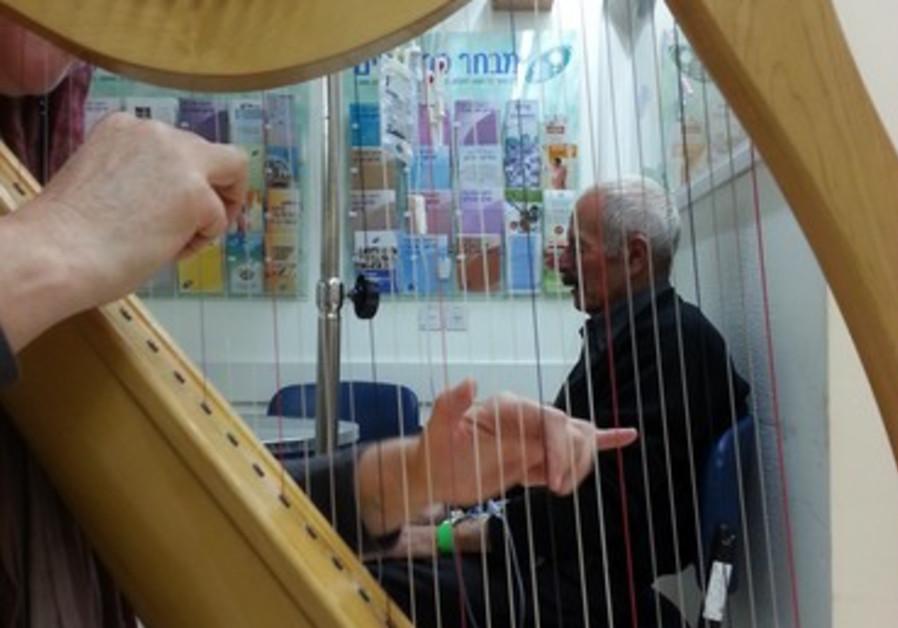 Shoshana Levy joue de la harpe pour les patients de l'hôpital Shaaré Tzedek à Jérusalem, le 10/12/13