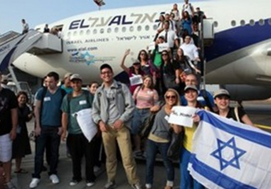 An aliya flight arrives to Israel.