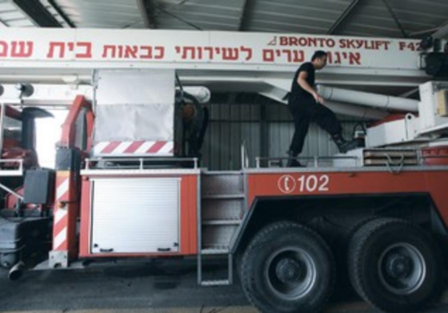 A fireman prepares equipment in Beit Shemesh.